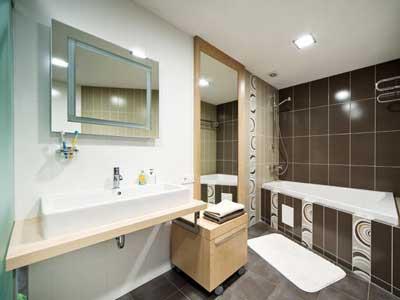 Ванная комната с зеркалами.